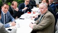 Verunsichert: Tino Chrupalla und Alexander Gauland (beide vorne) am 24. Februar in Berlin