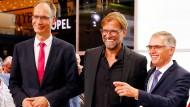 Michael Lohscheller, Geschäftsführer der Opel Automotive GmbH (links), und Jürgen Klopp, Cheftrainer des FC Liverpool (Mitte), auf der IAA.