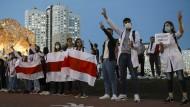 Kampf der Symbole: Die Machthaber wollen in den weiß-rot-weißen Fahnen der Oppositionellen Sympathiebekundungen für faschistische Politik erkennen.