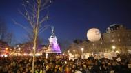 In ganz Frankreich haben am Dienstagabend tausende Menschen gegen Antisemitismus protestiert, wie auch hier in Paris.