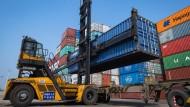 Ein Gabelstapler verlädt Container im Hafen von Yangluo.