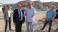 Avigdor Lieberman, damals Verteidigungsminister, und Bürgermeister Yigal Lahav besuchen 2018 eine Baustelle in Karnei Shomron.