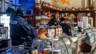 Polizisten in einem Eiscafé in Duisburg während eines Einsatzes gegen eine Mafia-Organisation im Dezember 2018