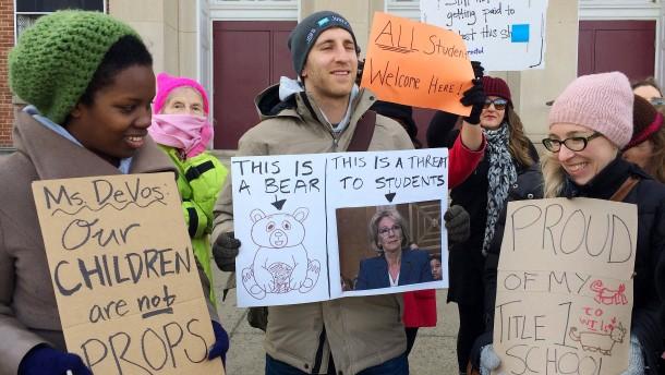 © AP Demonstranten hindern die amerikanische Bildungsministerin DeVos beim Betreten einer öffentlichen Schule in Washington.