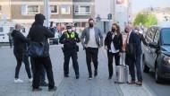 Unter Beobachtung: Christoph Metzelder (Bildmitte) ist am Donnerstagmorgen in Düsseldorf auf dem Weg ins Gericht.