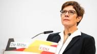 """CDU-Vorsitzende Kramp-Karrenbauer: Mit Angela Merkel """"im Reinen"""""""