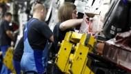 Arbeiter und Arbeiterinnen in einem BMW-Werk in München.