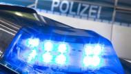 Ein 22 Jahre alter Mann ist bei einem nächtlichen Messerangriff im Berliner Ortsteil Neukölln schwer verletzt worden, Lebensgefahr besteht der Polizei zufolge keine. (Symbolbild).