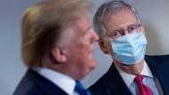 Mitch McConnell und Donald Trump bei einem gemeinsamen Auftritt im Jahr 2020