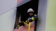 Einsatzkräfte konnten die Familie aus der brennenden Wohnung retten (Symbolbild).