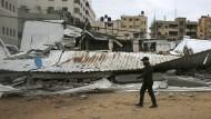 Schäden nach einem israelischen Luftangriff im Gazastreifen am Freitag