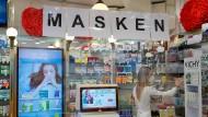 Eine Apothekerin in Frankfurt räumt FFP2-Masken ein.