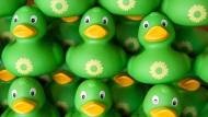 Goodie für die Gemütsgrünen: Quietscheentchen mit dem Logo und in der Farbe der Partei Bündnis 90/Die Grünen