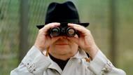 Spioniert dieser Mann gerade ein Unternehmen aus?