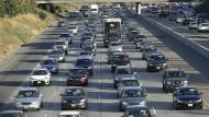 Lange Staus in Kalifornien: Der amerikanische Bundestaat hat im Konflikt um Abgasvorschriften gemeinsam mit 23 anderen Bundesstaaten Klage gegen die Regierung von Präsident Trump eingereicht.