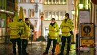 """""""Ein schwarzer Tag für Trier"""": Polizisten am Tatort"""