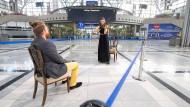 """Klassik in Zeiten von Corona? Elena Graf, 1. Konzertmeisterin der Staatsoper Stuttgart, gibt ein """"Eins-zu-Eins-Konzert"""" im Stuttgarter Flughafen."""
