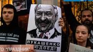 """""""Menschenfresser Lukaschenka"""": Demonstranten vor der belarussischen Botschaft in Moskau am Mittwoch."""