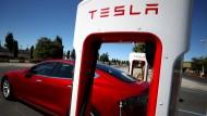 Ein Tesla-Wagen steht vor einer Ladesäule in der kalifornischen Stadt Petaluma,