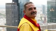 Paketbote Erol Yilmaz sorgt sich um seine älteren Kunden.