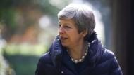Die britische Premierministerin verlässt am Sonntag eine Kirche in der Nähe von High Wycombe.