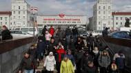 Keine Einschränkungen: Arbeiter gehen nach ihrer Schicht in einer Traktorfabrik in Minsk nach Hause.