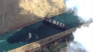 """Eine Luftaufnahme des auf Grund gelaufenen Containerschiffs """"Ever Given"""" im Suezkanal"""