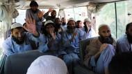 Ein Lächeln zum Abschied: Bereits am Montag wurden rund 100 Taliban-Kämpfer aus dem Gefängnis neben dem amerikanischen Militärstützpunkt Bagram entlassen