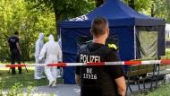Tatort Tiergarten: Spurensicherung nach dem mutmaßlichen Auftragsmord an Selimchan Changoschwili.