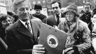 Alter Hase und junge Igel: Am 23. Januar 1981 unterschrieb Richard von Weizsäcker, Kandidat für das Amt des Regierenden Bürgermeisters, vor dem Rathaus Schöneberg das Volksbegehren für Neuwahlen in Berlin, das CDU und Alternative Liste gemeinsam eingeleitet hatten.