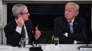 Apple-Chef Tim Cook (links) mit dem amerikanischen Präsidenten Donald Trump im Juni 2017 im Weißen Haus in Washington