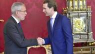 Der österreichische Bundespräsident Alexander van der Bellen begrüßt Kanzler Sebastian Kurz (ÖVP)