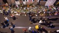 Gedenken an Journalist Peter de Vries: Blumen und Kerzen schmücken den Tatort in Amsterdam.