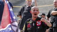 Hasserfüllt: Ein Anhänger der White Supremacists bei einer Demonstration der New Black Panther Party und des Ku Klux Klans in South Carolina.