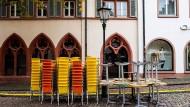 Gestapelte Tische und Stühle in der Freiburger Innenstadt