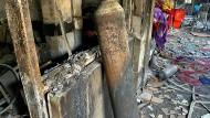 Nach dem Brand auf einer Corona-Station im Irak im April 2021 stand eine verkohlte Sauerstoffflasche in den Ruinen des Krankenhauses. (Archivbild)