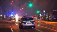 Eine Stunde Ausnahmezustand für eine Sportgruppe im Münsterland: Polizeiwagen stehen an der Straße zur Turnhalle.