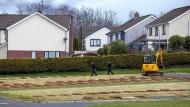 Eng an eng: Arbeiter bereiten Gräber auf einem Friedhof in Nordirland vor.