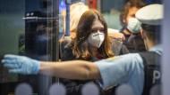 Beamte der Bundespolizei kontrollieren am Frankfurter Flughafen Passagiere, die aus sogenannten Hochrisikoländern nach Deutschland kommen.
