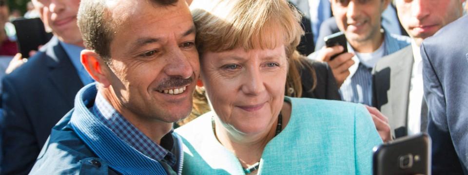 Uma imagem do tempo antes que o controlo das fronteiras: a chanceler Angela Merkel posa para fotografias em um Selfie juntamente com um refugiado em 10 de setembro depois de frequentar um centro de acolhimento para requerentes de asilo em Berlim-Spandau.