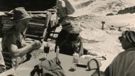 Theodor W. Adorno gemeinsam mit seiner Frau Gretel auf der Gandegghütte