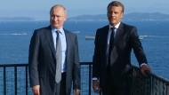Frankreichs Präsident Emmanuel Macron und sein russischer Amtskollege Wladimir Putin bei einem Treffen im südfranzösischen Bormes-les-Mimosas