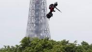 Franky Zapata auf seinem Flyboard vor dem Pariser Eiffelturm