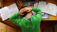 Hauptsache: mithalten, übertrumpfen – was viele als Kräftemessen unter Kindern abtun, kann weitreichende Auswirkungen auf die eigene Psyche haben.