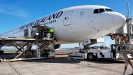 Eine Boeing 777-300 von Air New Zealand wird mit Gepäck beladen, um die ersten Deutschen zurück nach Frankfurt zu bringen.