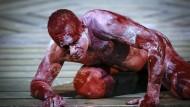 """Von Eifersucht und Alter in die Knie gezwungen: Ingo Hülsmann in der Titelrolle von Shakespeares """"Othello"""" am Berliner Ensemble"""