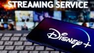 Das Disney+-Logo ist auf einem Smartphone zu sehen.