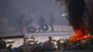 Demonstranten in Myanmar bauen aus Reifen Barrikaden.