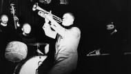 """Schwindelerregende Raserei: Trompeter Louis Armstrong in einer Szene aus dem Film """"Pennies from Heaven"""""""