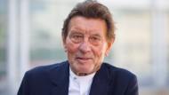 Helmut Jahn steht im Sommer 2019 bei einer Pressekonferenz am Rande des Frankfurter Messeturms.